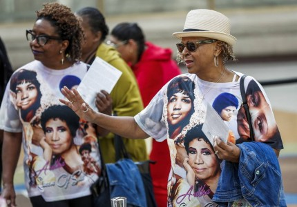 Aretha Franklin: Σε χρυσό φέρετρο, ντυμένη στα κόκκινα σε λαϊκό προσκύνημα (photos)