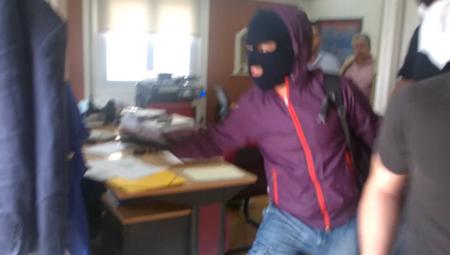 Η στιγμή της νέας επίθεσης του Ρουβίκωνα σε συμβολαιογραφείο