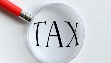 Στύβουν τους φορολογούμενους για να μοιράσουν παροχές- ψίχουλα