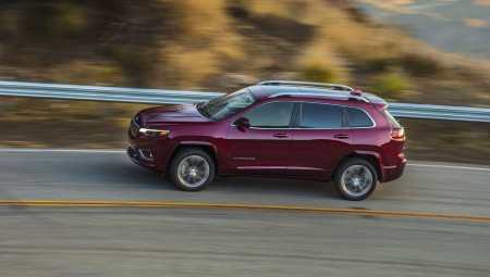 Η Chrysler ανακαλεί 21.598 εισαγόμενα τζιπ Cherokee