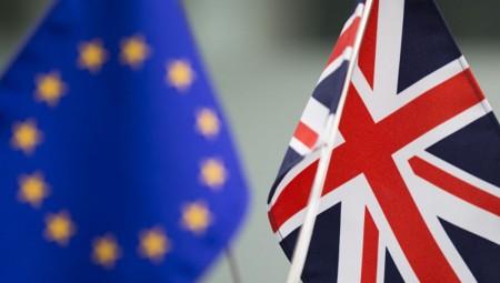 Brexit: Μετά τη συμφωνία ηχηρές παραιτήσεις και «βουτιά» της στερλίνας