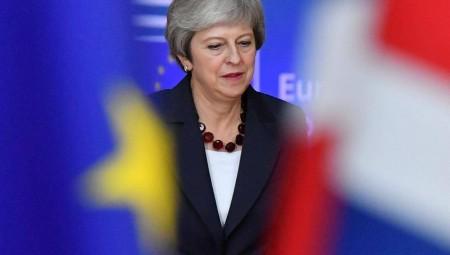 Στον «αέρα» η Μέι για το Brexit - Προειδοποιήσεις από το ΔΝΤ για το no deal