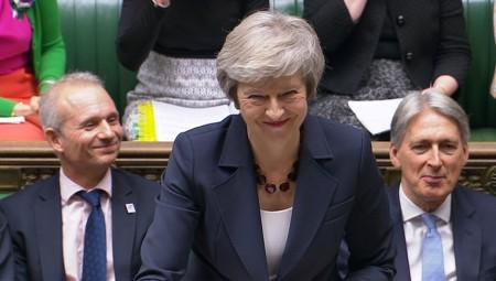 Μπροστά στην κατάρρευση, η Μέι επιχειρεί συσπείρωση στη Βρετανία