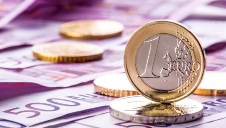 Σε χαμηλό 16 μηνών το ευρώ, «βουτιά» και για τη στερλίνα