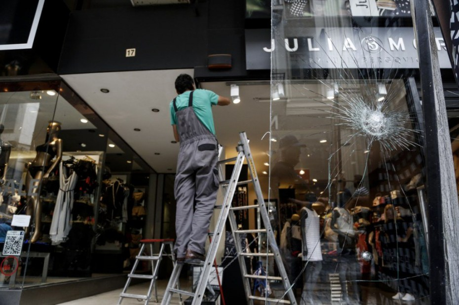 Καταστροφές σε εμπορικά καταστήματα της Ερμού από κουκουλοφόρους ... f54f85fa527