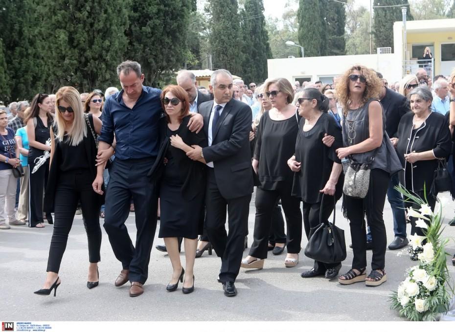 Πλήθος κόσμους στην κηδεία του Κώστα Πολίτη στην Καισαριανή