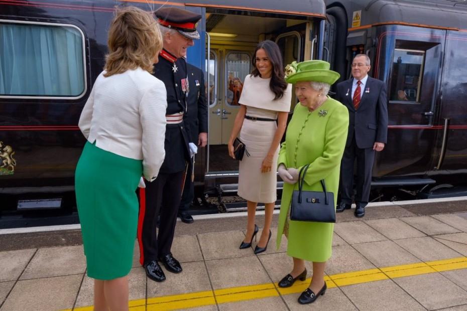 Meghan Markle: Συνόδευσε την βασίλισσα στο πρώτο της ταξίδι χωρίς τον Χάρι