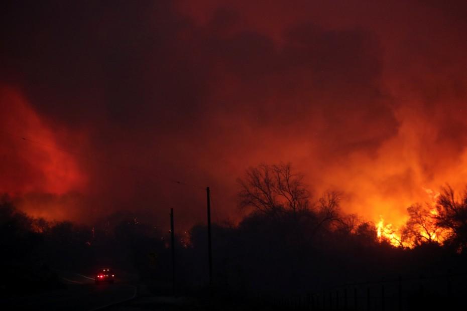 Παραδομένη στις γιγάντιες φλόγες η Καλιφόρνια