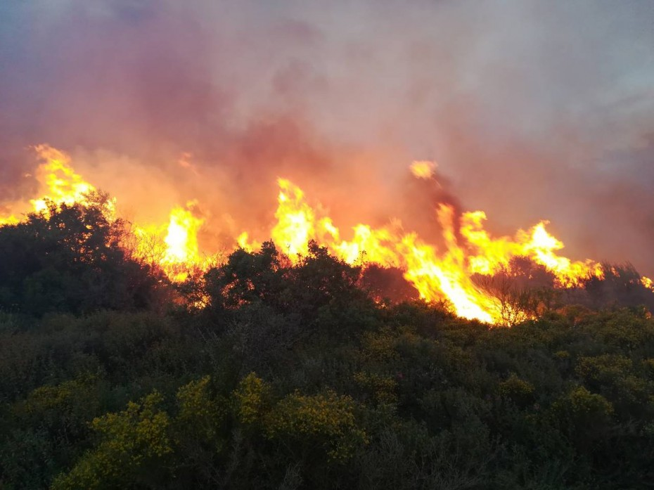Ισχυρότατη πυρκαγιά στο χωριό Ζόλα στην Κεφαλονιά