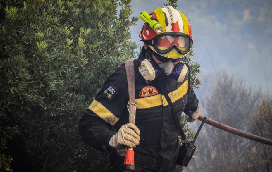 Πλησιάζει τα πρώτα σπίτια η πυρκαγιά στη Σάρτη Χαλκιδικής