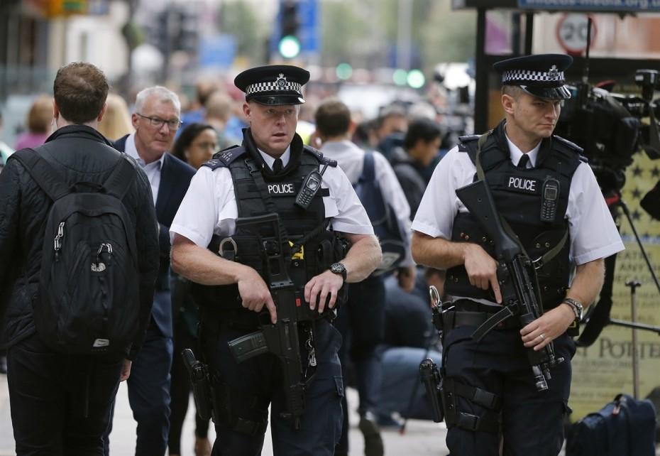 Τρόμος σε τρένο στο Λονδίνο: Τον μαχαίρωσε μπροστά στο γιο του