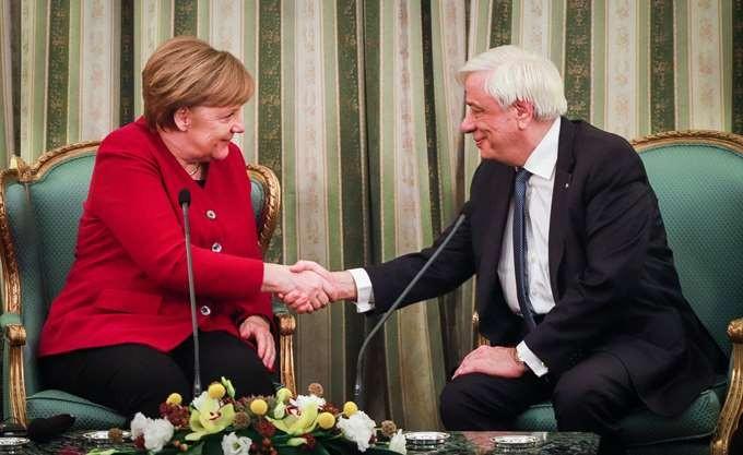 Παυλόπουλος προς Μέρκελ για τις γερμανικές αποζημιώσεις: Οι ελληνικές απαιτήσεις είναι νομικώς ενεργές