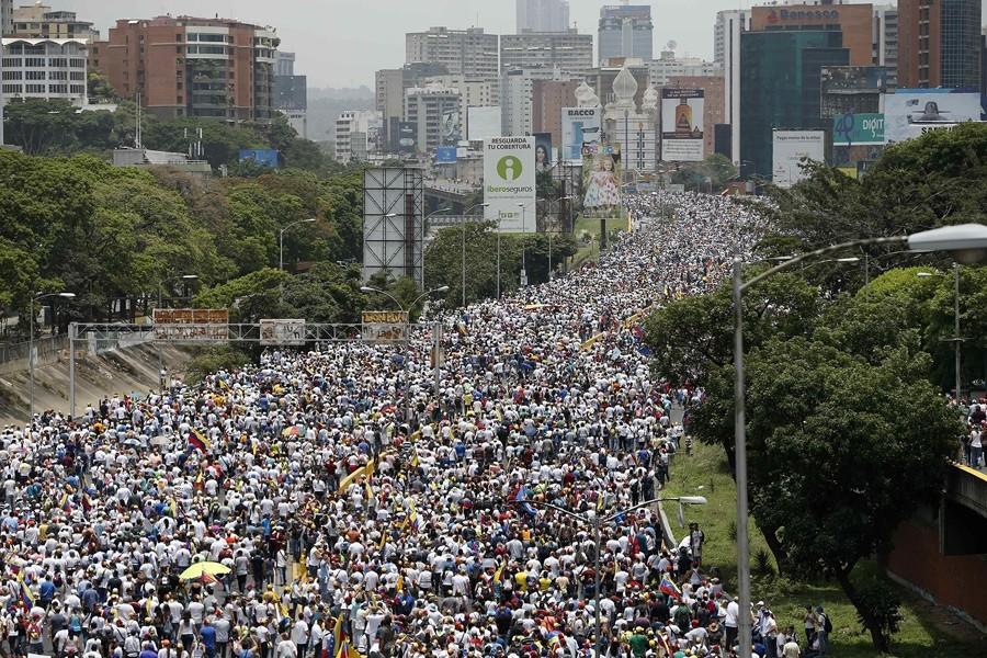 Πλημμύρισαν οι δρόμοι του Καράκας κατά του Μαδούρο