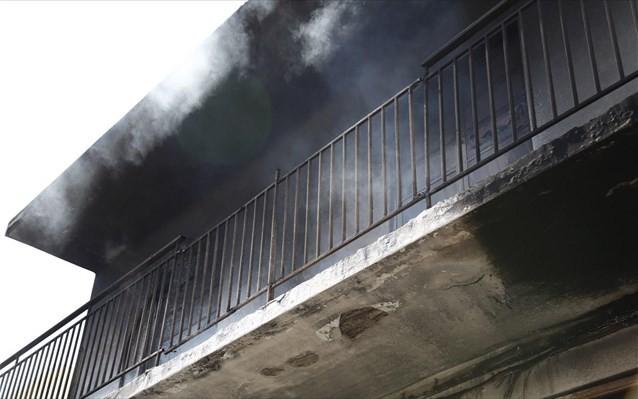 Νέα Σμύρνη: Απεγκλωβίστηκαν τέσσερα άτομα από φωτιά σε διαμέρισμα