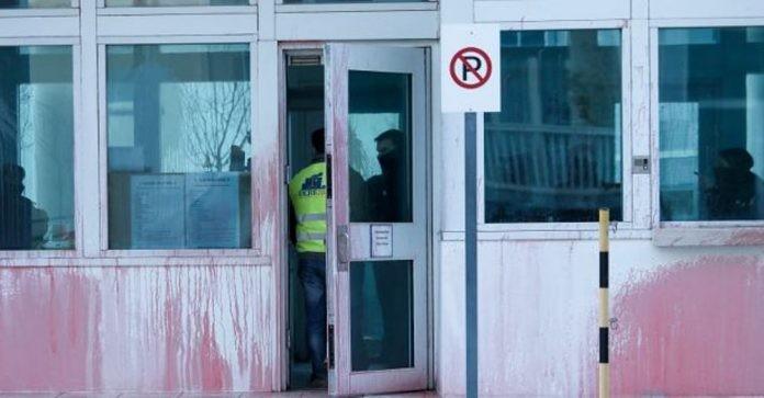 Η στιγμή της επίθεσης του Ρουβίκωνα στην αμερικανική πρεσβεία (βίντεο)