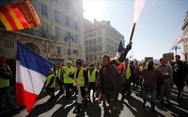 Γαλλία: Τα «κίτρινα γιλέκα» για 15η εβδομάδα στους δρόμους