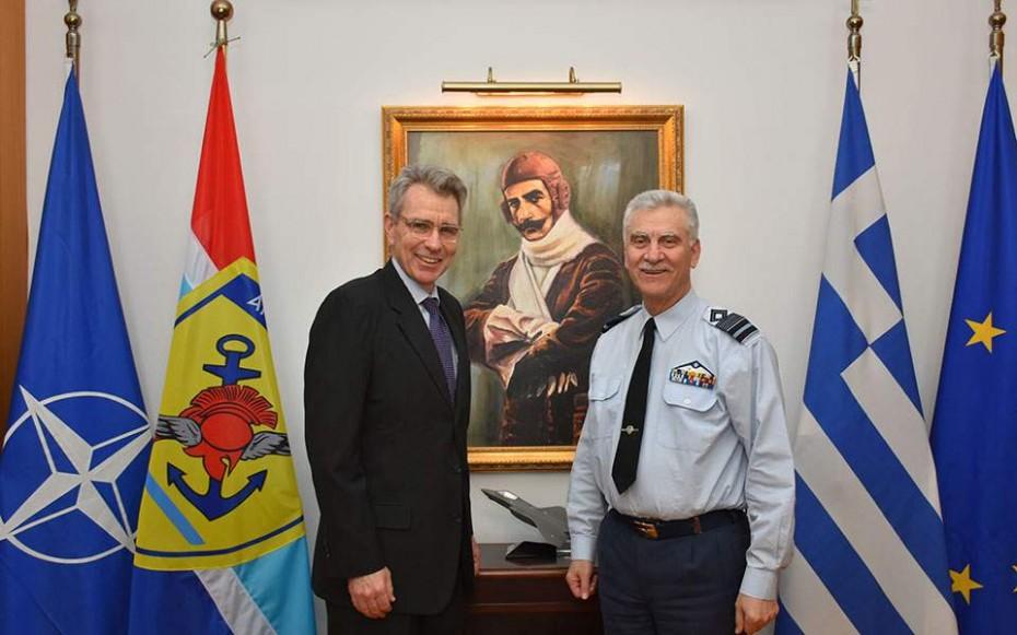 Με τον πρέσβη των ΗΠΑ συναντήθηκε ο αρχηγός ΓΕΕΘΑ