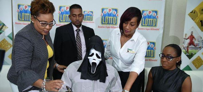 Με μάσκα πήγε να παραλάβει τα κέρδη του ΛΟΤΤΟ