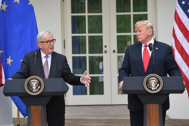 Ο Τραμπ απειλεί και πάλι με δασμούς την ΕΕ