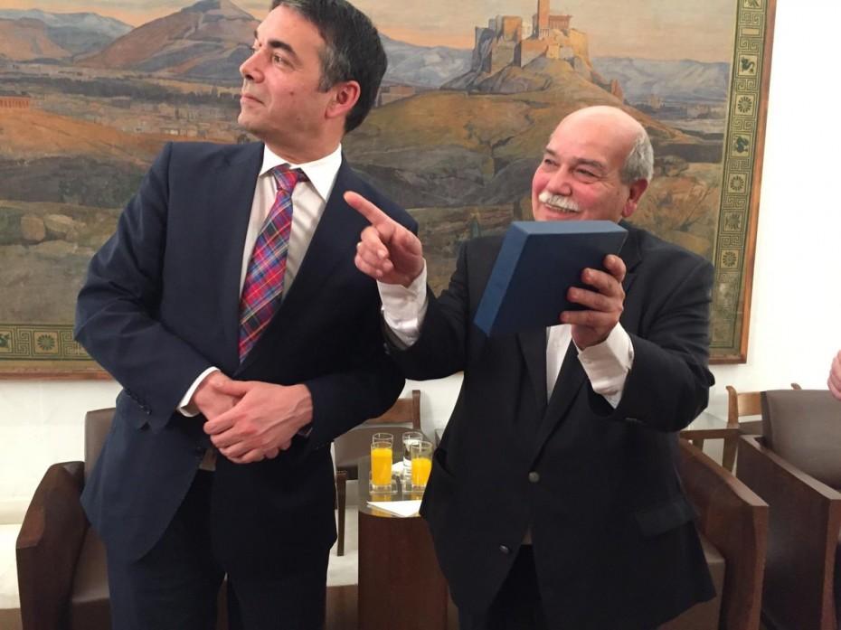 Πολύ καλό κλίμα στη συνάντηση του Βούτση με τον Ντιμιτρόφ στη Βουλή