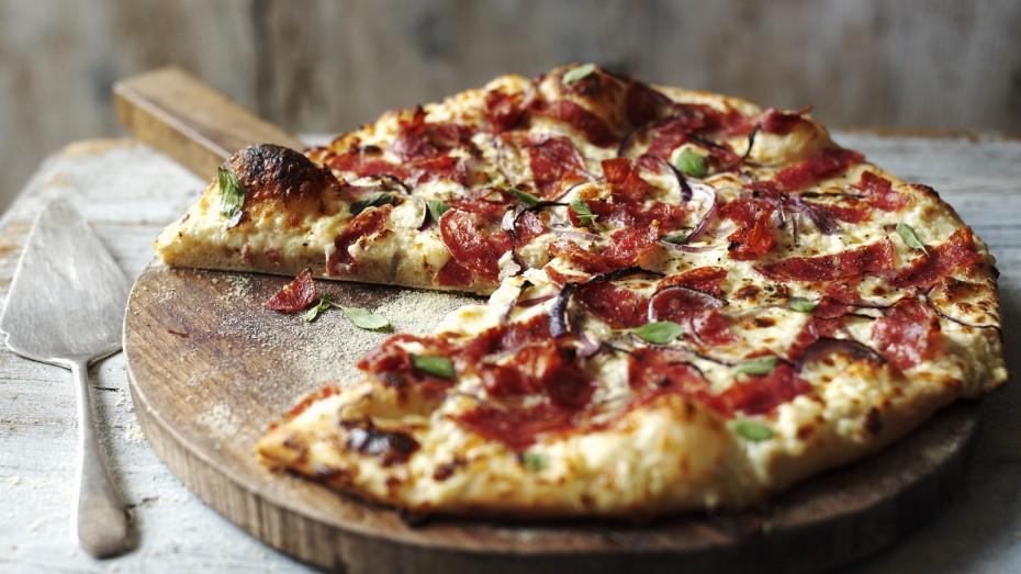 Οι μαθηματικοί κατέληξαν: 1 πίτσα γίγας συμφέρει περισσότερο από 2 μεσαίες