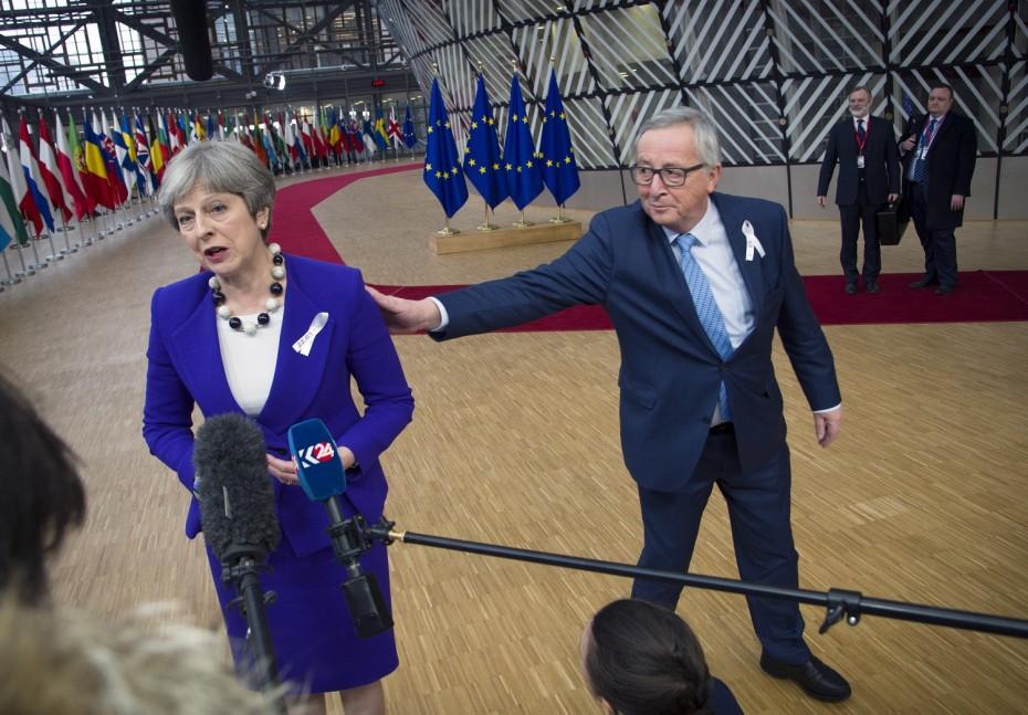 «Καμπανάκι» Γιούνκερ: Καραδοκεί ο κίνδυνος ενός Brexit χωρίς συμφωνία