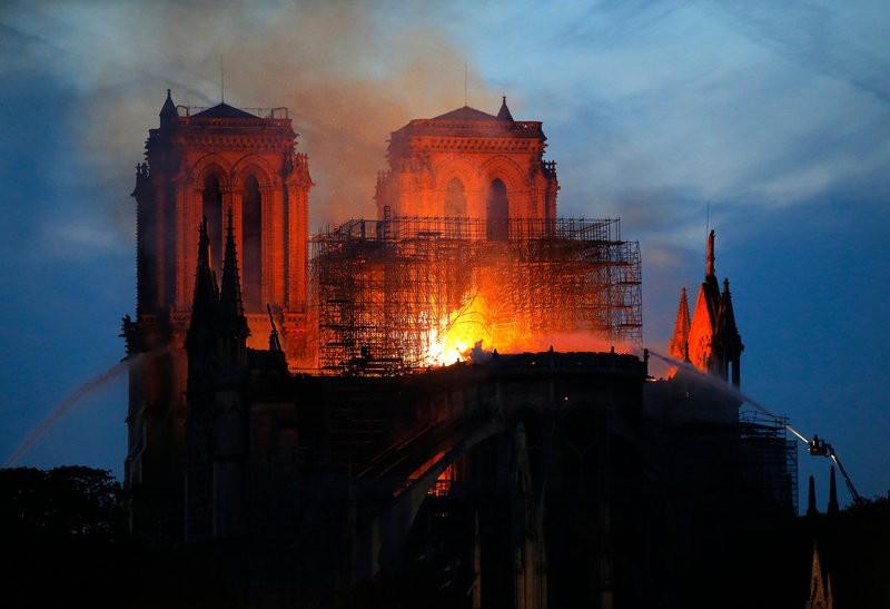 Κατέρρευσε η οροφή της Παναγίας των Παρισίων - Live video