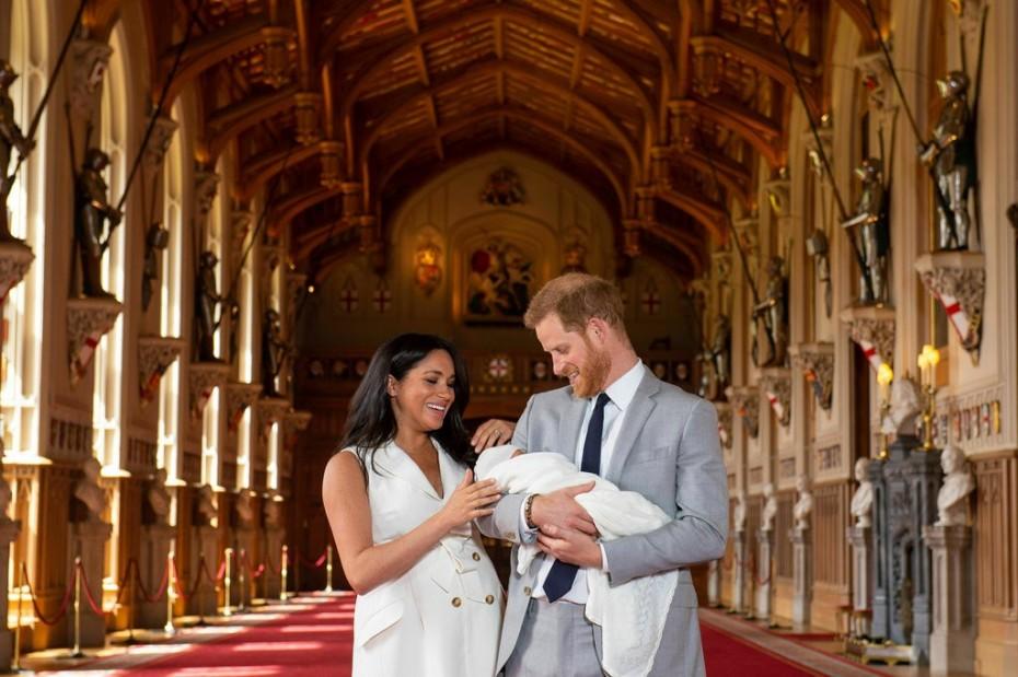 Βρετανία: Η πρώτη δημόσια εμφάνιση του μωρού των Χάρι και Μέγκαν