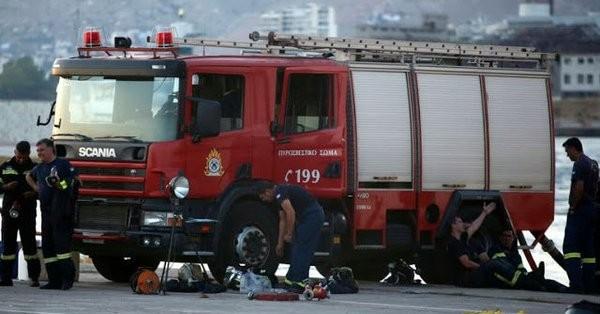 Υπό έλεγχο πυρκαγιά που ξέσπασε σε πλοίο στη Δραπετσώνα