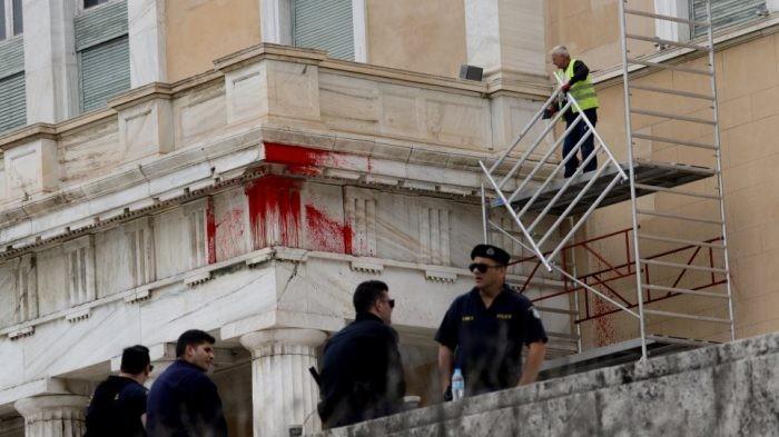 Κακουργηματικές διώξεις για την πρωτοφανή επίθεση στη Βουλή