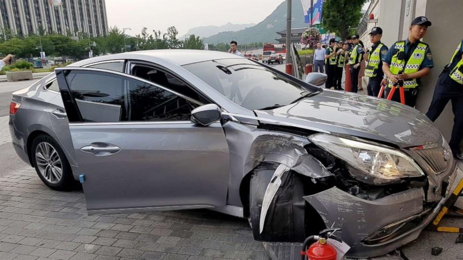 Αυτοκίνητο με γκαζάκια στην Αμερικάνικη Πρεσβεία της Ν. Κορέας