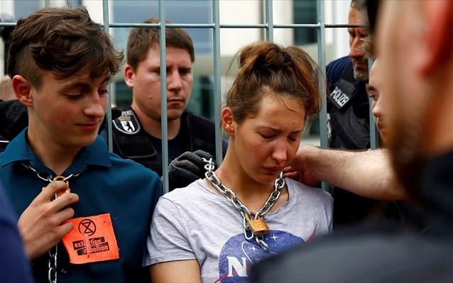Ακτιβιστές αλυσοδέθηκαν στην καγκελαρία της Γερμανίας