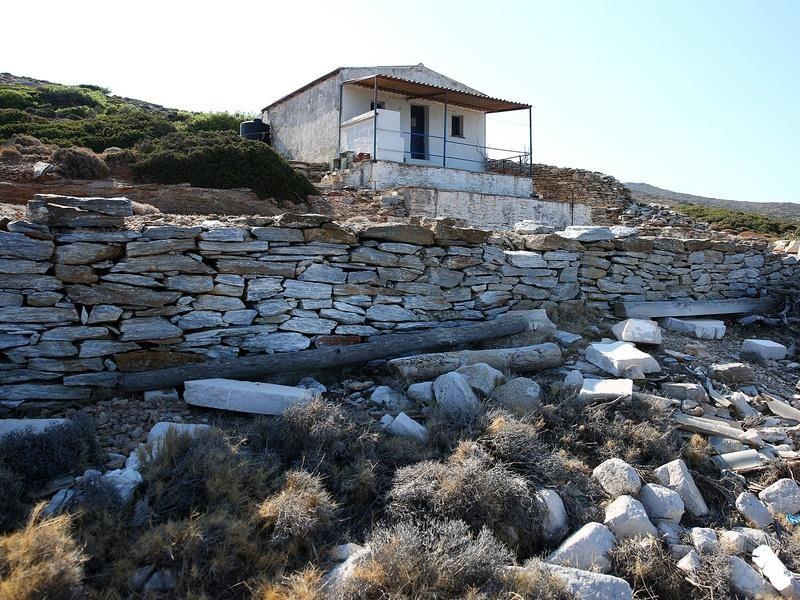 Προχωρά η κατεδάφιση των αυθαιρέτων στη Μακρόνησο