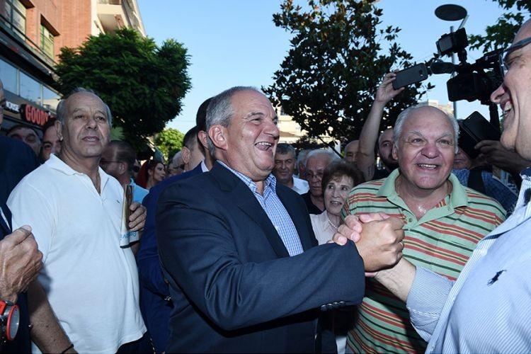 Βίντεο: Όταν ο Καραμανλής επισκέφτηκε περίπτερο του ΣΥΡΙΖΑ
