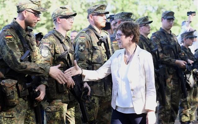 DW: Στο «κέντρο της κοινωνίας» ο γερμανικός στρατός, λέει η νέα υπουργός Άμυνας