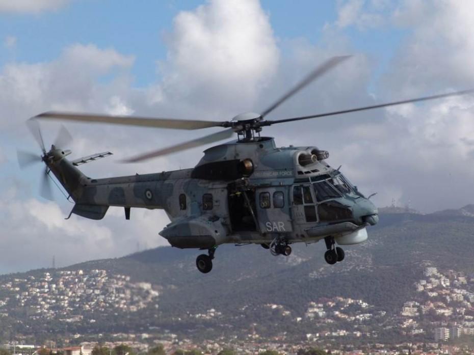 Ελικόπτερα Super-Puma πετούν πάνω από τη Δυτική Αττική