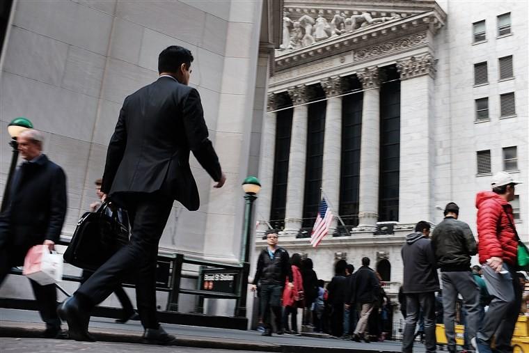 Μετά τα κέρδη, «βουτιά» 360 μονάδων ο Dow