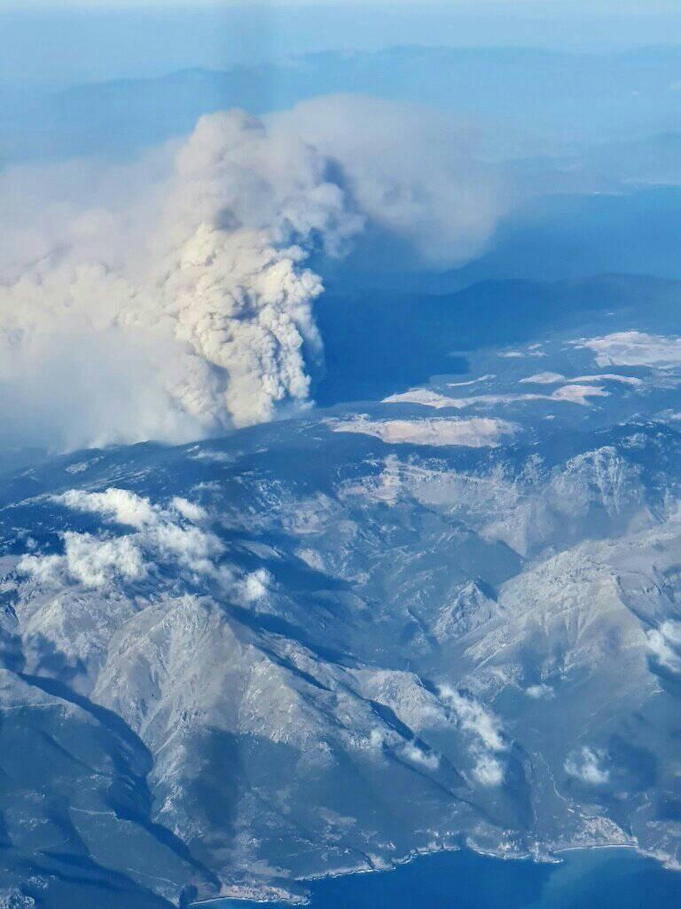 Εκτός ελέγχου η πυρκαγιά και στη Θήβα - Προς τα σύνορα Βοιωτίας - Αττικής