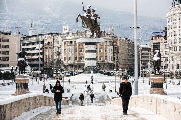 Σκόπια: Βανδαλισμοί των νέων πινακίδων σε αγάλματα