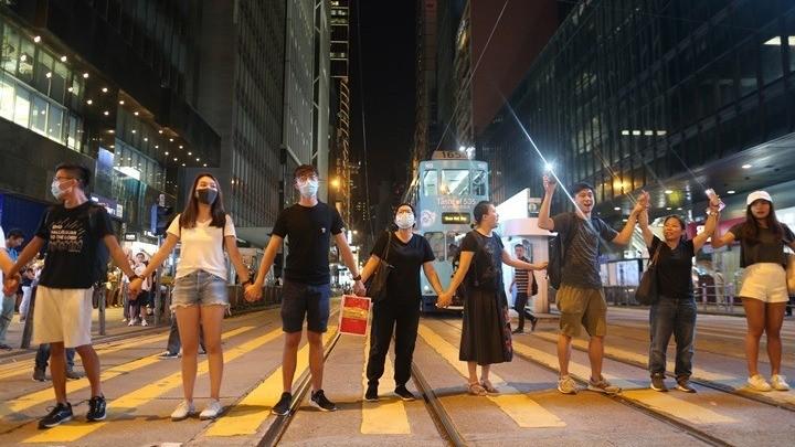 Διαδηλωτές σχημάτισαν ανθρώπινη αλυσίδα στο Χονγκ Κονγκ