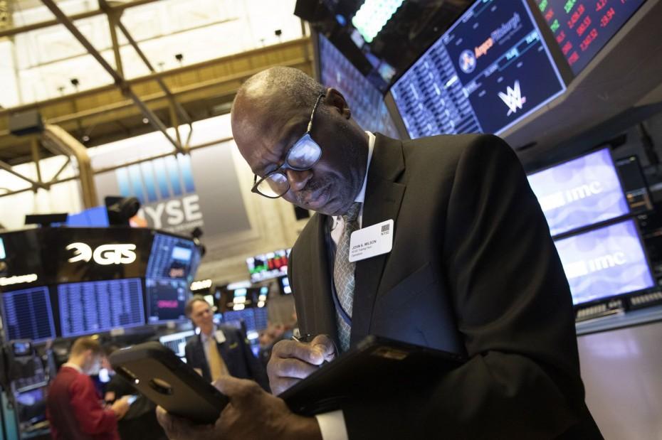 «Σύννεφα» ύφεσης στη Wall Street για τη Δευτέρα