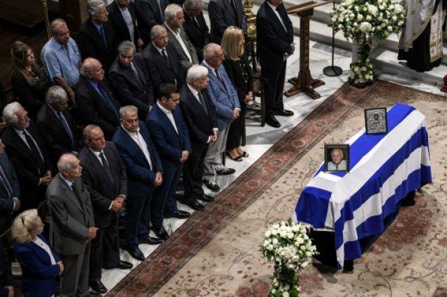 «Παρέλαση» πολιτικών στην κηδεία του Αντώνη Λιβάνη