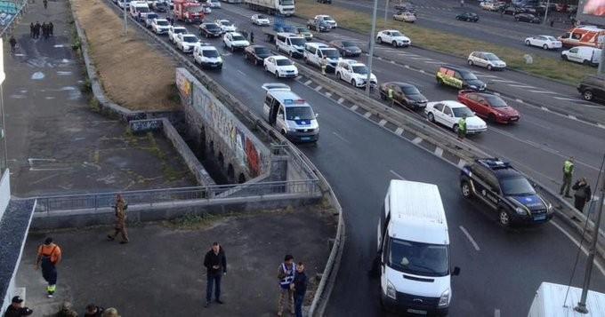 Άνδρας με εκρηκτικά απειλεί να ανατινάξει γέφυρα στο Κίεβο