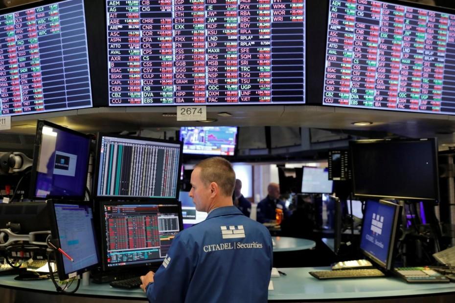 «Παγωμένη» η Wall Street λόγω Apple και Fed