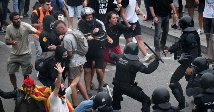 Μεγάλα επεισόδια στη Βαρκελώνη, μετά τις ποινές στους Καταλανούς αυτονομιστές