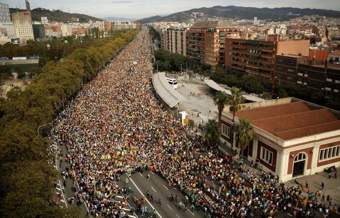 Καταλονία: Πάνω από μισό εκατ. διαδηλωτών στη Βαρκελώνη - Συγκρούσεις με την αστυνομία