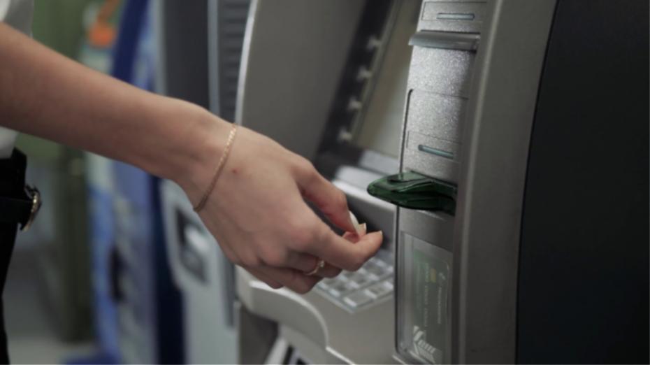 Νέες επιπλέον χρεώσεις από τις τράπεζες - Από ερώτηση υπολοίπου έως επανέκδοση PIN