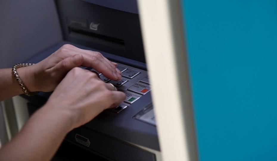 Δεν είναι ανεκτές οι νέες χρεώσεις των τραπεζών, τονίζει η κυβέρνηση