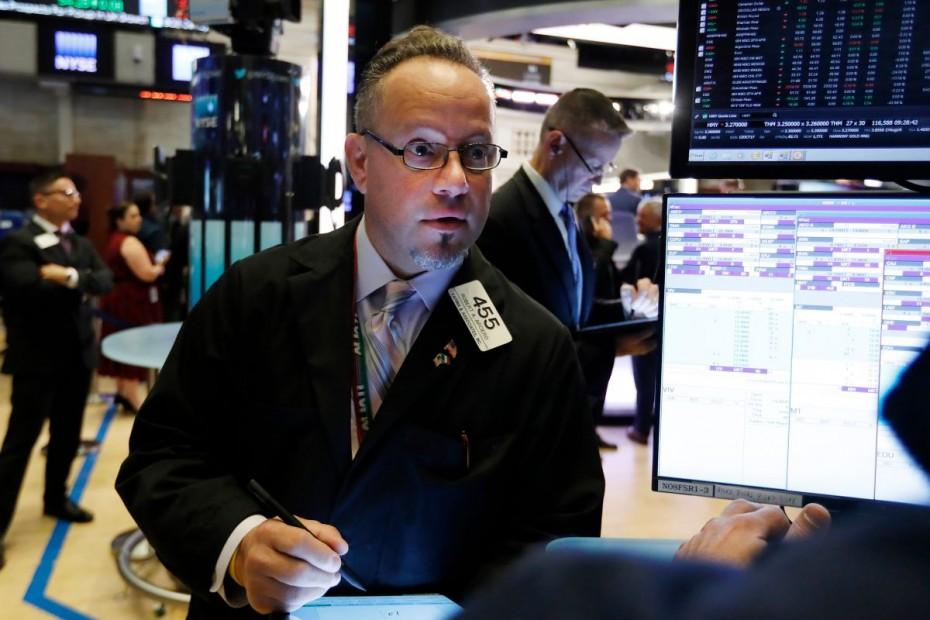 «Ψύχραιμες» απώλειες στη Wall Street για τη Δευτέρα