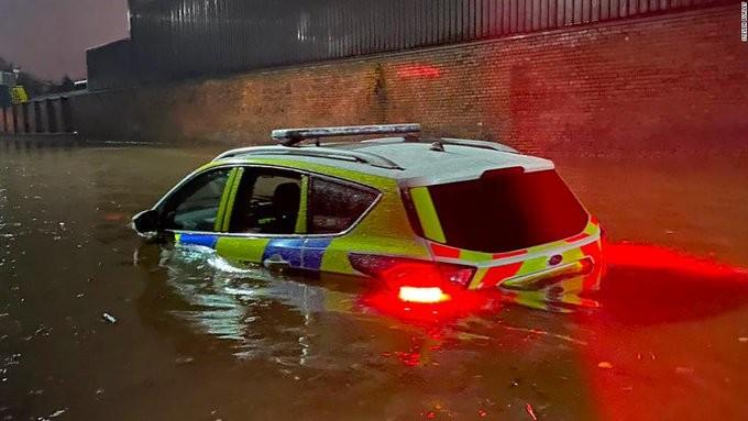 Τουλάχιστον μια νεκρή από έντονες βροχοπτώσεις στην Αγγλία